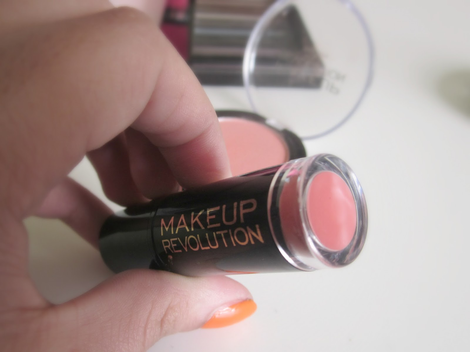 Make Up Revolution Amazing Lipstick Divine