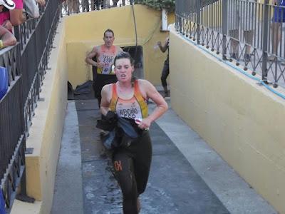 Irene Avendaño y Francisco Trillo saliendo del Agua.