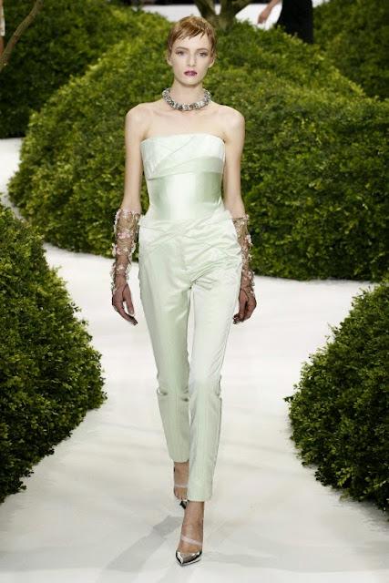 défilé de haute couture christian dior combinaison robe verte défilé parisien dior