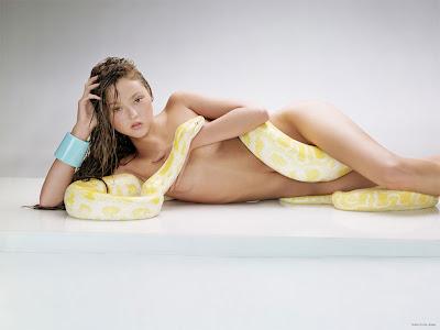Devon Aoki - Com cobra