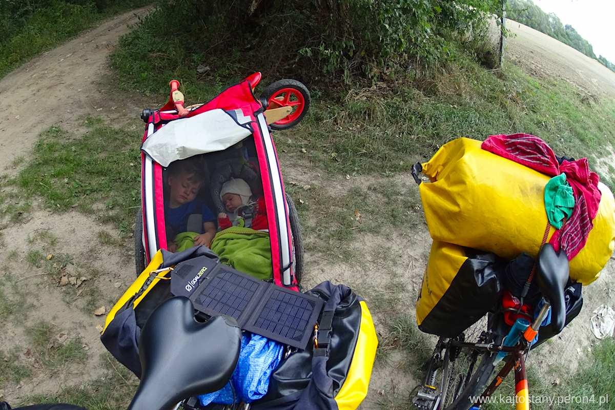 niemowlak w przyczepce rowerowej w podrózy