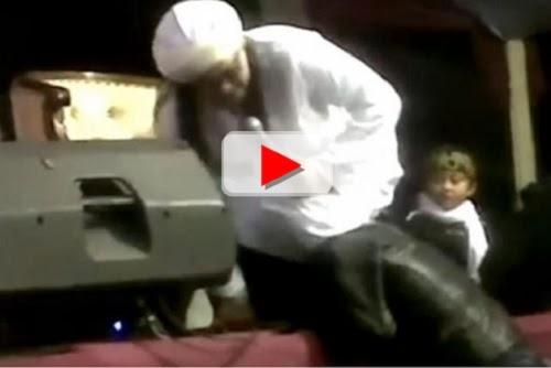 Video ustadz Hariri injak kepala orang (Youtube)