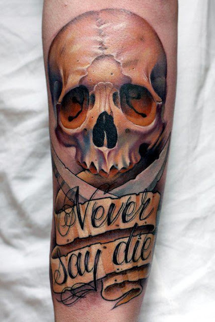 Kolorowy tatuaż czaszki ze wstęgą