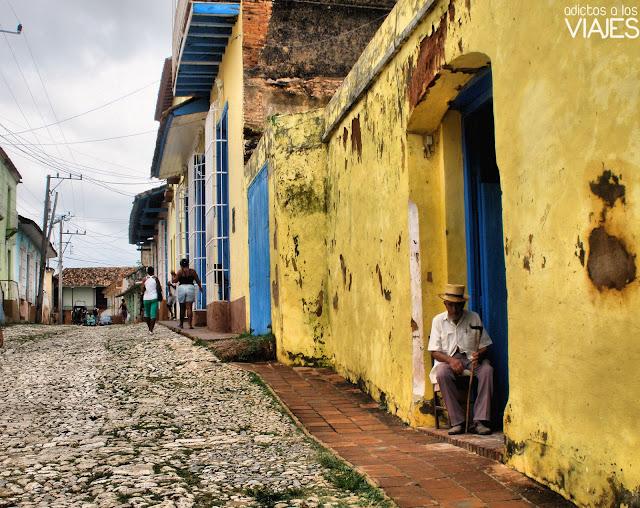 calle empedrada y casa en trinidad cuba