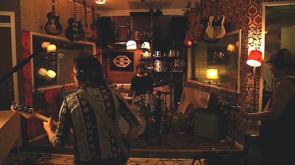 """A banda sueca """"Agusa"""" foi formada no início de 2013, quando o baixista """"Tobias Pettersson"""" e o guitarrista """"Mikael Ödesjö"""" (ex-membros da banda """"Kama Loka"""") recrutou o baterista """"Dag Strömqvist"""" e o tecladista """"Jonas Berge"""" para o início do prog projeto estilo anos 70. Em um verão, foram para o campo, onde viveu """"Dag"""", um lugar chamado Agusa (apenas uma reunião de casas avulsas na floresta), lá fizeram uma inspirada jam, em um perfeito dia de verão quente e ensolarado, por isso tiveram que chamar a banda de """"Agusa"""". Em outono, foram para o estúdio gravar o primeiro disco, intitulado de """"Högtid"""", que foi lançado em vinil e mídia digital no início de 2014. Depois de um punhado de shows durante o inverno, """"Dag"""" decidiu deixar a banda pra viajar pela Índia por um tempo. Fizeram uma série de testes na procura de um novo baterista e eventualmente, chamaram """"Tim Wallander"""" (da banda """"Magic Jove"""") pra se juntar-se a banda.  O som da banda é excelente, realmente lembra a década de 70, muitos fãs de rock progressivo são fechados a conhecer e ouvir bandas atuais e essa banda é um bom exemplo que isso é bobagem.  Recomendadíssimo aqui no ✌Espaço Prog✌."""