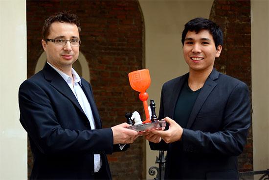 Pavel Matocha, le Président de la société des échecs de Prague, remet à Wesley So le trophée de la victoire