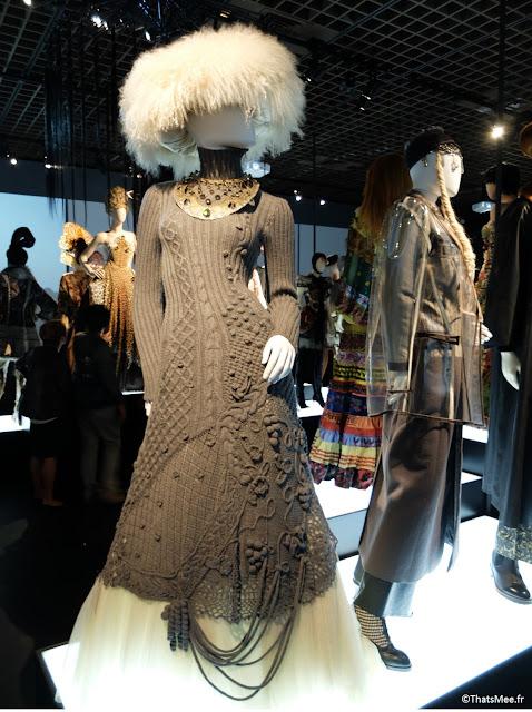 rbe laine alpaga et tulle chapka poils blancs  Jean-Paul Gaultier, expo JPG Grand Palais Paris