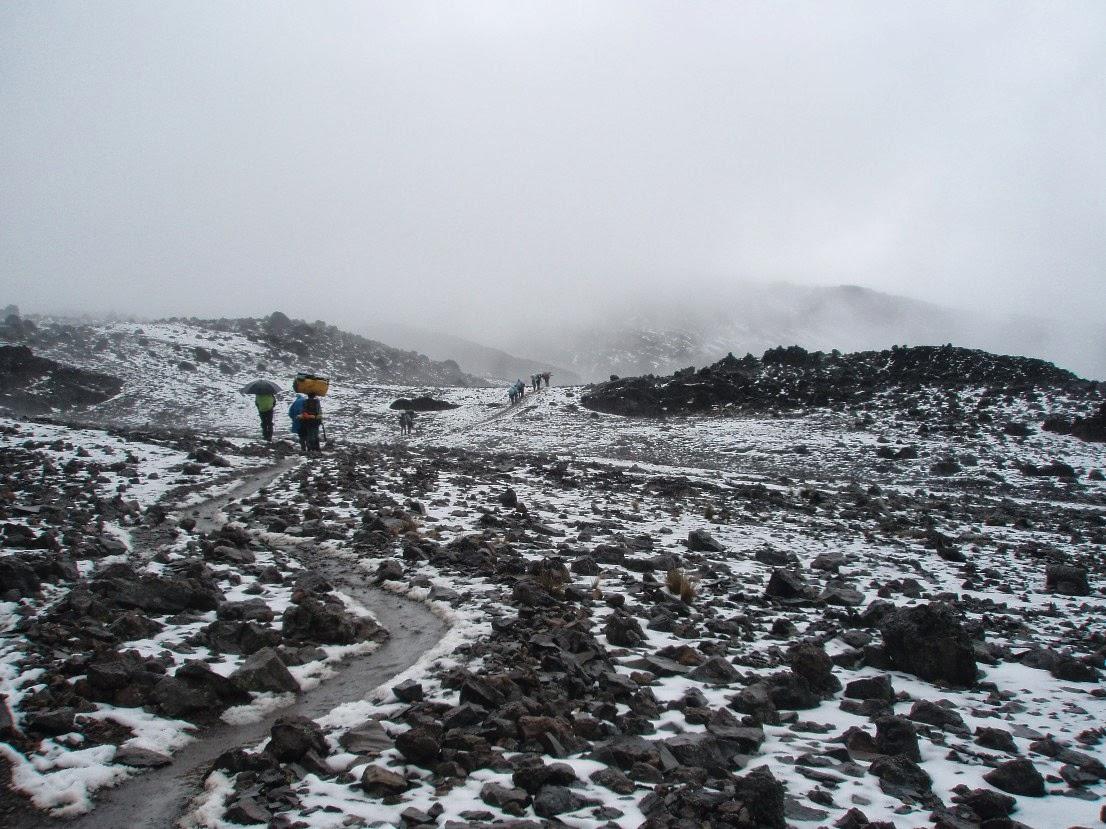 Porteadores-bajo-la-nieve-camino-a-Barafu-Hut