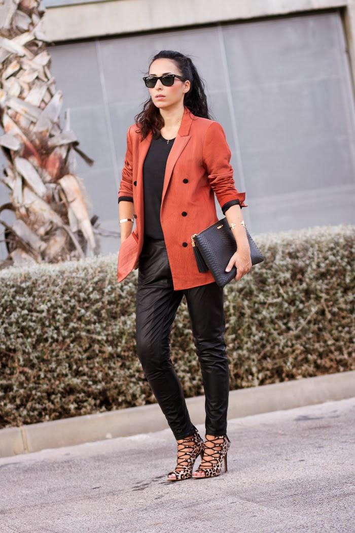 Look estilo rock con pantalones de cuero y cruces