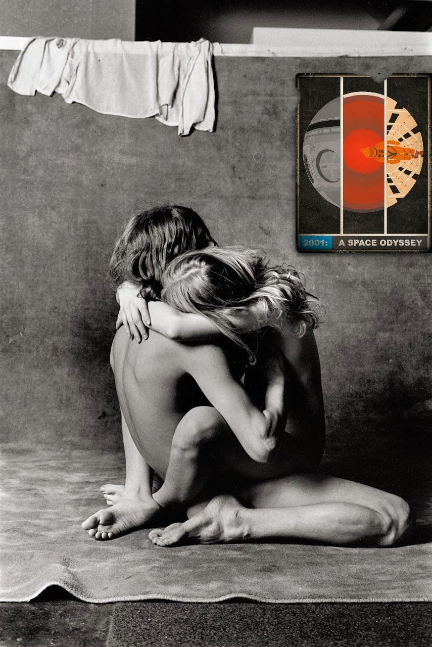 amantes en blanco y negro con poster de una odisea en el espacio en color