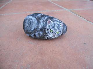 piedras pintadas a mano con gato gris