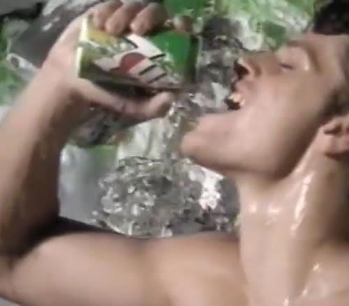 Propaganda do refrigerante 7 Up em 1995 onde ataca diretamente os refrigerantes de cola e alguns comportamentos sociais.