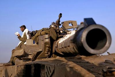 http://1.bp.blogspot.com/-45ByLYC9mXM/UyCX8Gm0GXI/AAAAAAABjPY/IDAjRJXq5mk/s1600/IDF+soldier+davening+on+tank.jpg