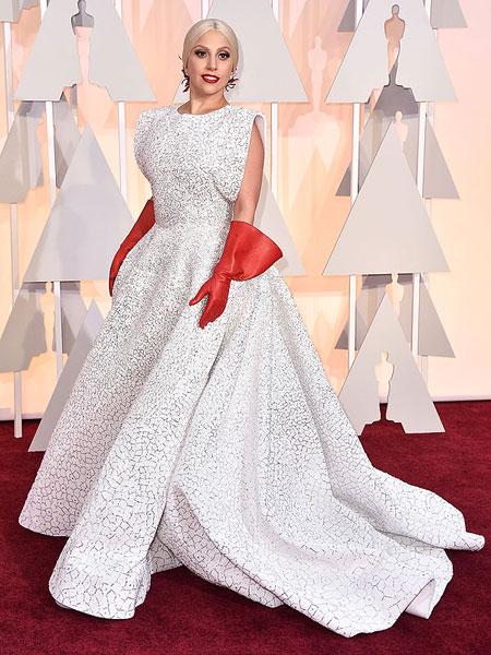 Лейди Гага в пищна рокля с червени ръкавици на Оскари 2015