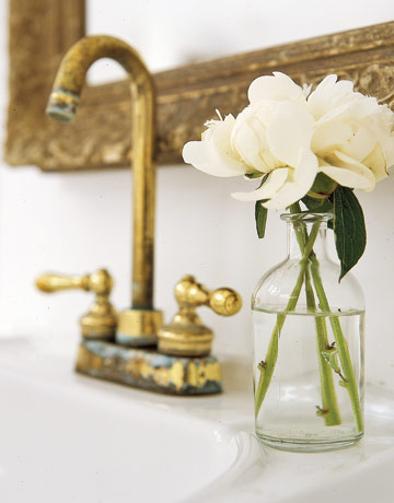 To da loos gold faucets giving your bathroom the midas for Bathroom decor vases