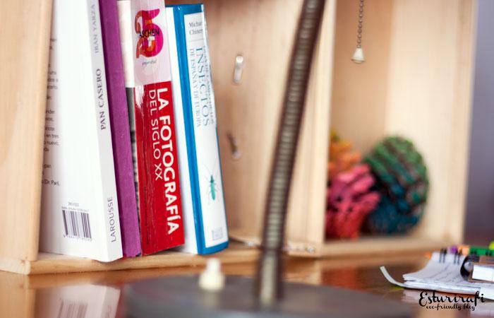 Libros y cajas de madera con piñas pintadas