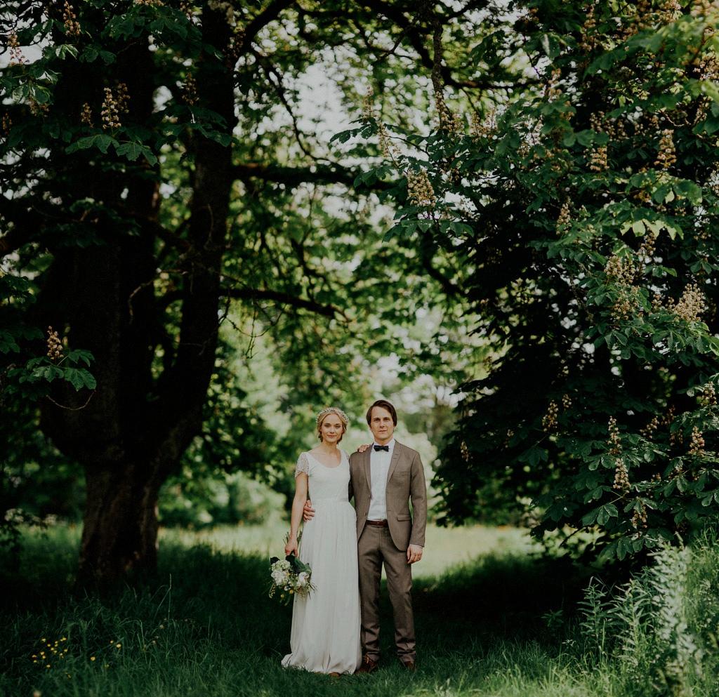 Porträtt på Elin och Daniel under kastanjeträd