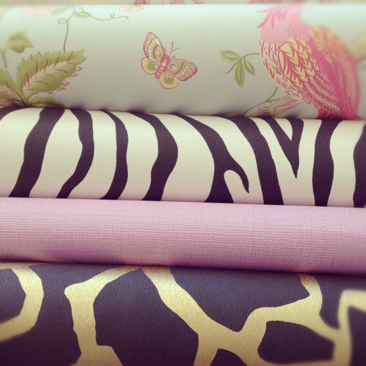 http://1.bp.blogspot.com/-46FR8tk8E_s/UCSD3WVXUvI/AAAAAAAADEw/gzwoPhOlgGU/s1600/Wallpaper+Masters+lilacs+and+zebra.jpg