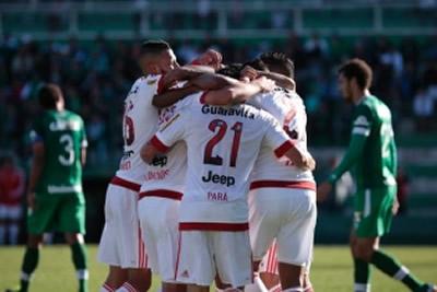 Flamengo vence Chapecoense e segue no G4
