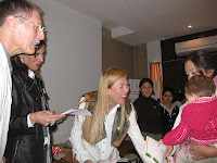 Las madrinas entregando diplomas a las donantes