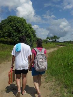 Vinícius e Juliana caminhando. Foto de alguma amiga querida.