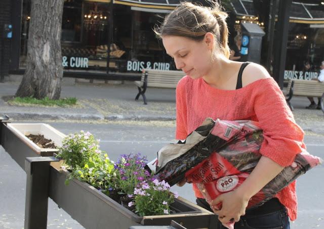 Coralie, l'une des propriétaires du Candide Café, fleurissait la terrasse le jour de ma visite.