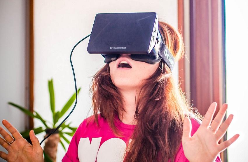 Oculus Rift w akcji - fot. Sergey Galyonkin CC BY-SA 2.0