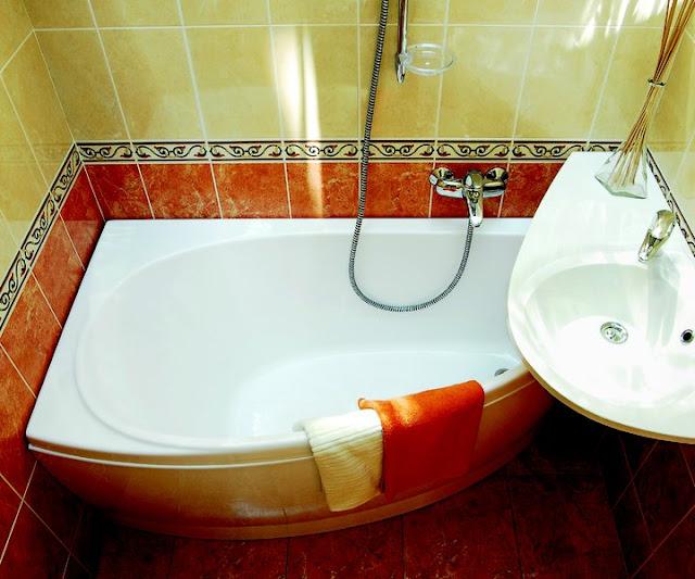 Дизайн маленькой ванной комнаты с ванной и другой сантехникой из коллекции Ravak Avocado