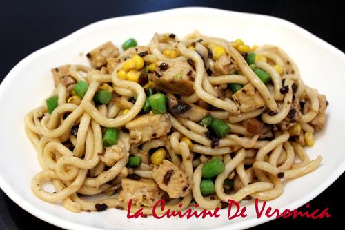 雜菌素雞炒烏冬 蘇太山珍素菇醬