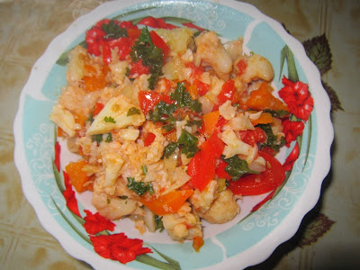 Тушенная цветная капуста с овощами