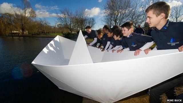 Unik Jurutera cipta sebuah sampan kertas yang boleh manusia naiki selama 2 jam untuk bersiar di tasik