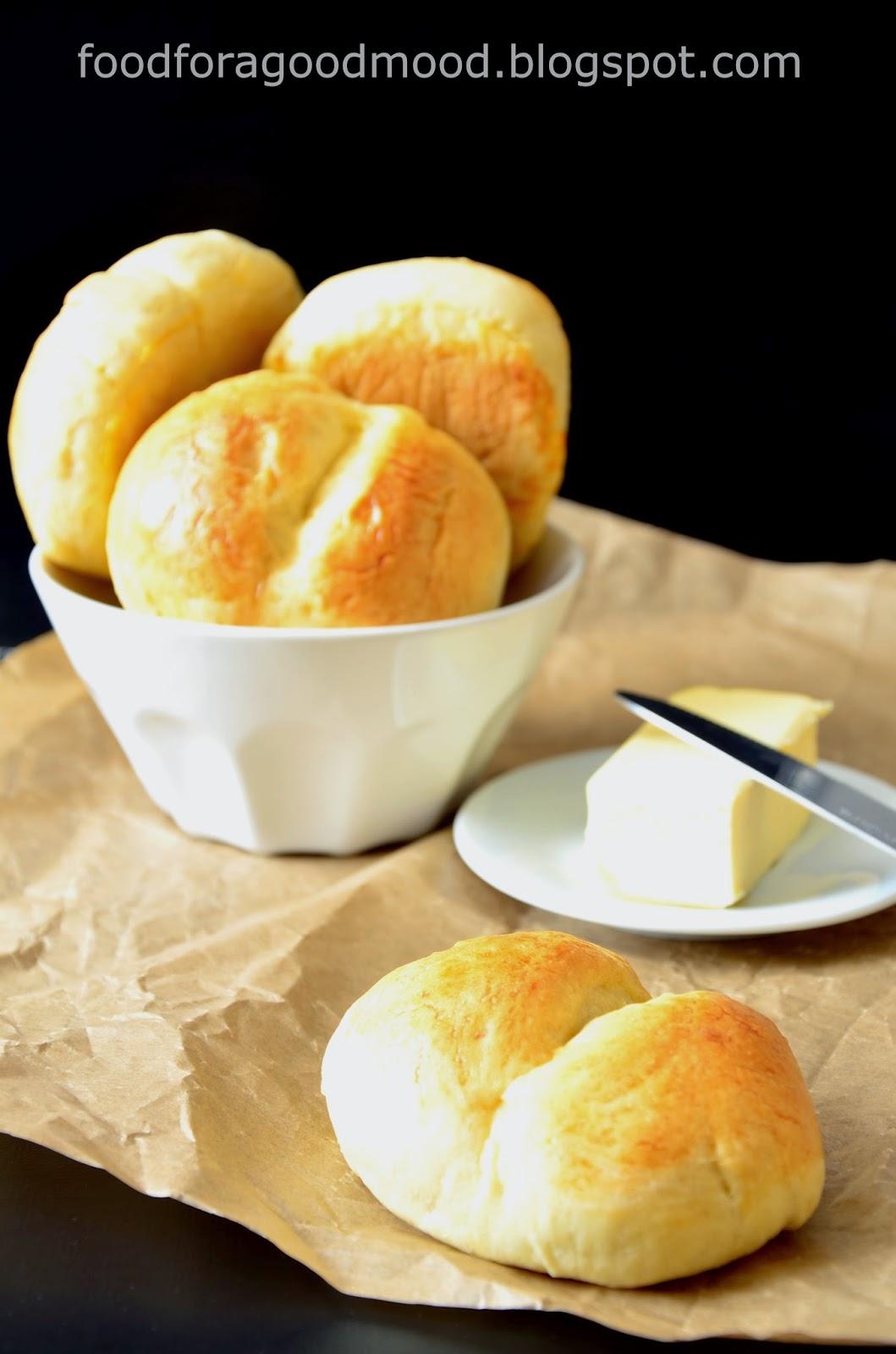 Dobrze dobrane proporcje ciasta powodują, że nie klei się ono do rąk i łatwo formuje. Bułki, w przeciwieństwie do tych ze sklepu, nie są sztucznie napompowane, a mimo to mięciutkie. No i ten aromat pieczywa w całym domu!