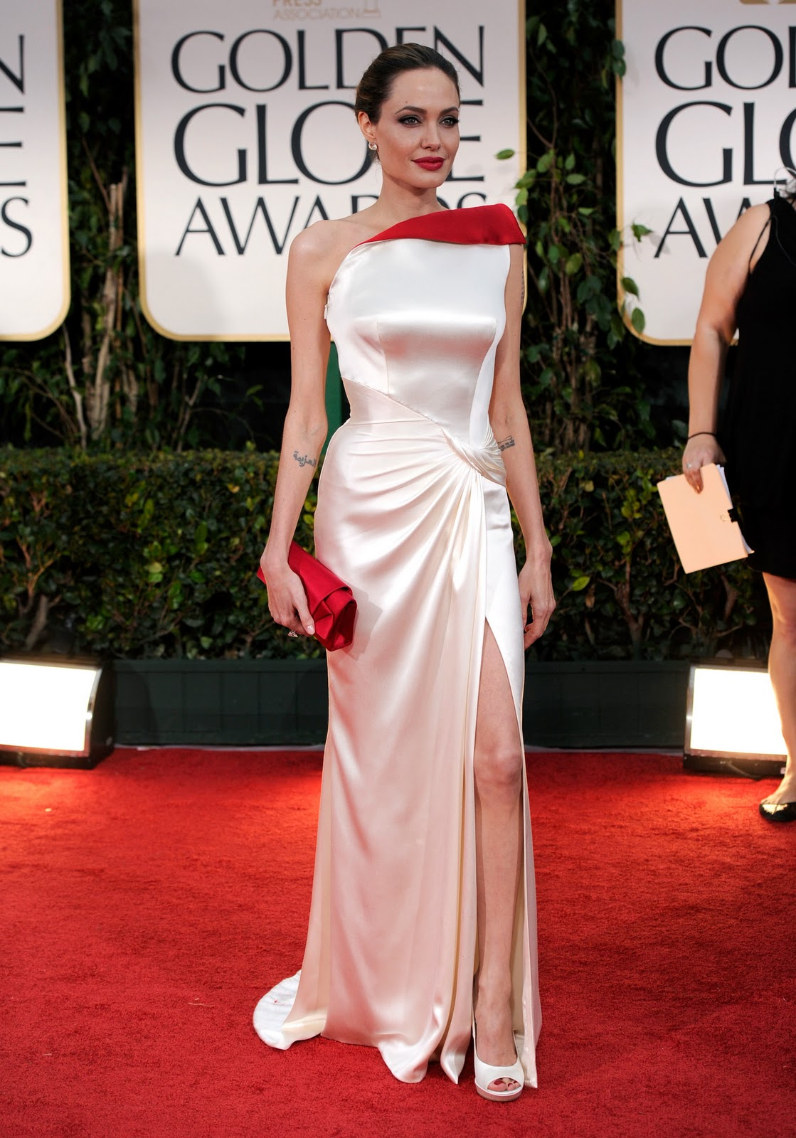 http://1.bp.blogspot.com/-48uhAe89TQQ/Txbyk79WvmI/AAAAAAAACkI/RccCzvUzgVM/s1600/angelina-jolie-golden-globes-awards-2012-01.jpg