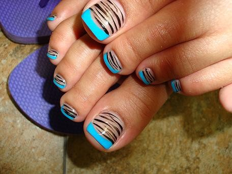 Uñas decoradas animal print zebra con un french azul para que tus pies estén a la moda y también los puedes combinar con las uñas de las manos haciéndole