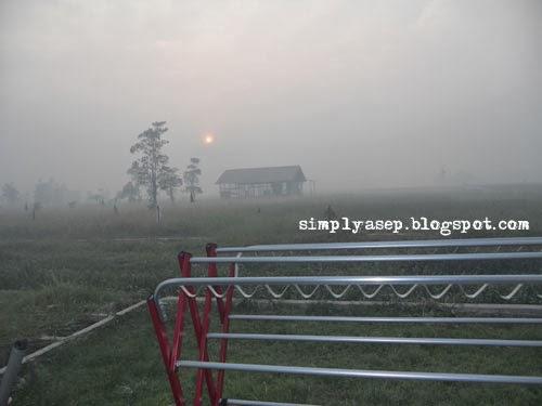 Asap mulai tampak bahkan dipagj hari. Foto Asep Haryono
