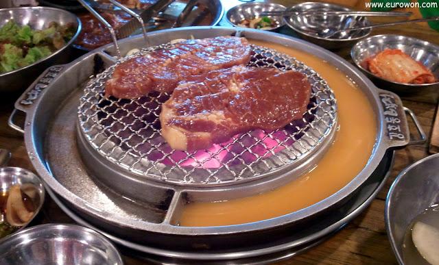 Chuletas a la parrilla en el restaurante de Kang Ho-dong