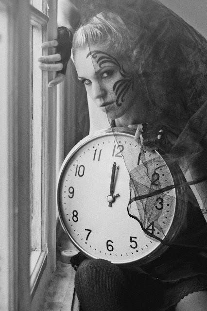 фотосессия девушки с часами и рисунком на лице