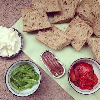 bruschetta aux anchoix, mozzarella, poivron et pois