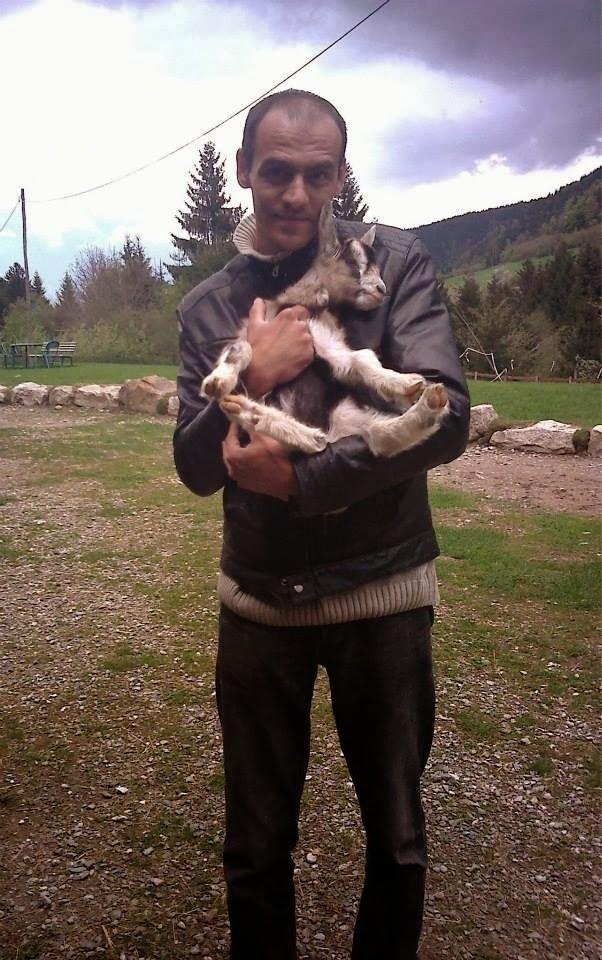 Foto che ritrae Wiccan Matrix in piedi con in braccio una capretta