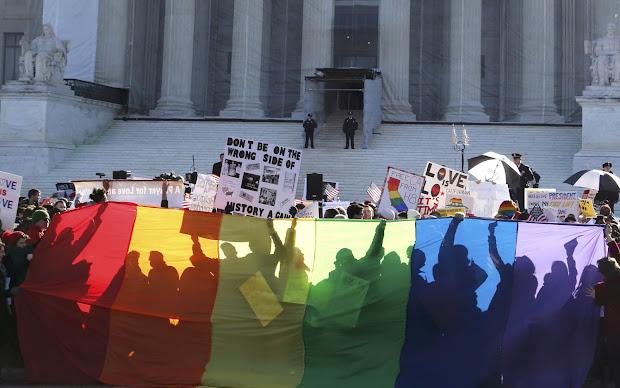 Ativistas LGBT fazem vigília diante do prédio da Suprema Corte dos EUA em Washington (Foto: Jonathan Ernst/Reuters)