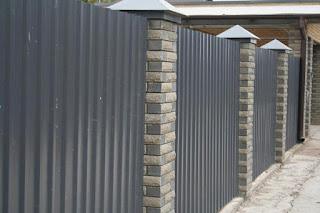 Забор из профлиста с кирпичными столбами. Фото 24