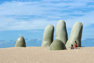 La mano en Punta del Este, Uruguay