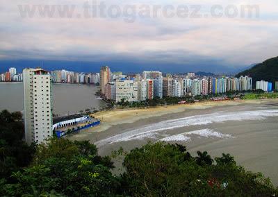 Vista das baías de São Vicente (esquerda) e de Santos (direita) desde o mirante Niemeyer , em São Vicente