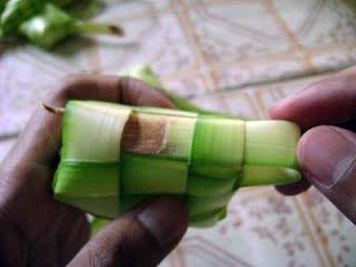 cara untuk memasukkan beras ke selongsong ketupat 1