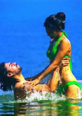 Photo Hot Mesra Seksi Bikini Mouni Roy bersama mantan Pacarnya di kolam Artis Pemeran Dewi Sati di Mahadewa