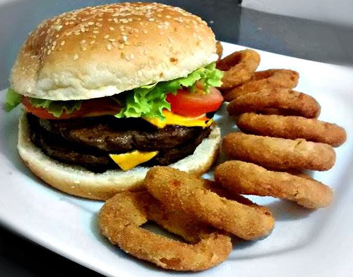 Hamburguer com onion rings - Hamburgueria Central Curitiba