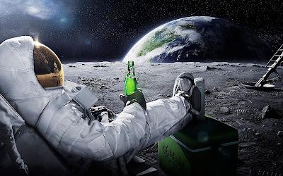 Astronauta tomando una cerveza Carlsberg en la luna