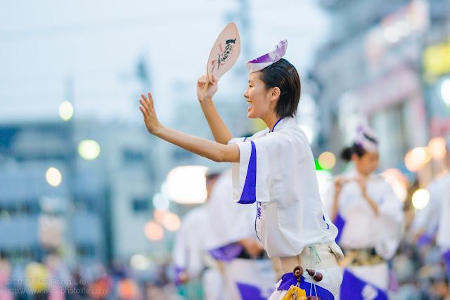 踊れ西八夏まつり、むさし南連の女性の団扇を使った男踊り