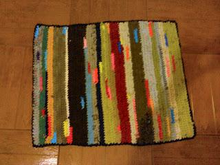Квадратный коврик своими руками из старых вещей 18