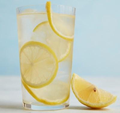 Infused water dengan bahan lemon atau jeruk nipis
